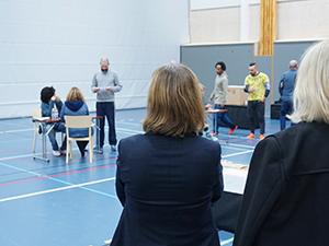 rmv-rättspsyiatri-medarbetare i övning i idrottshall