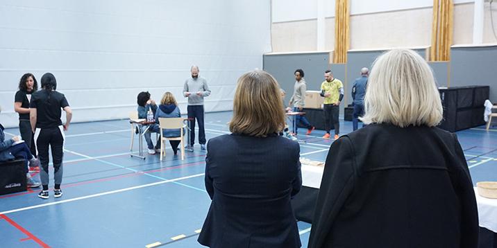 rmv-rättspsykiatri-två kvinnor deltar i övning i idrottshall