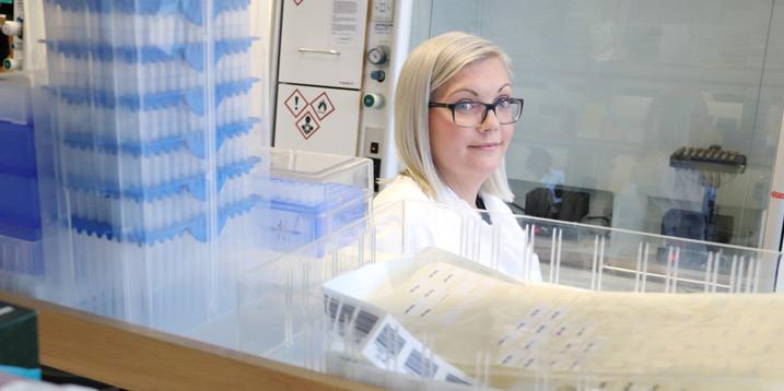 Foto i labbmiljö på Emma Åklint