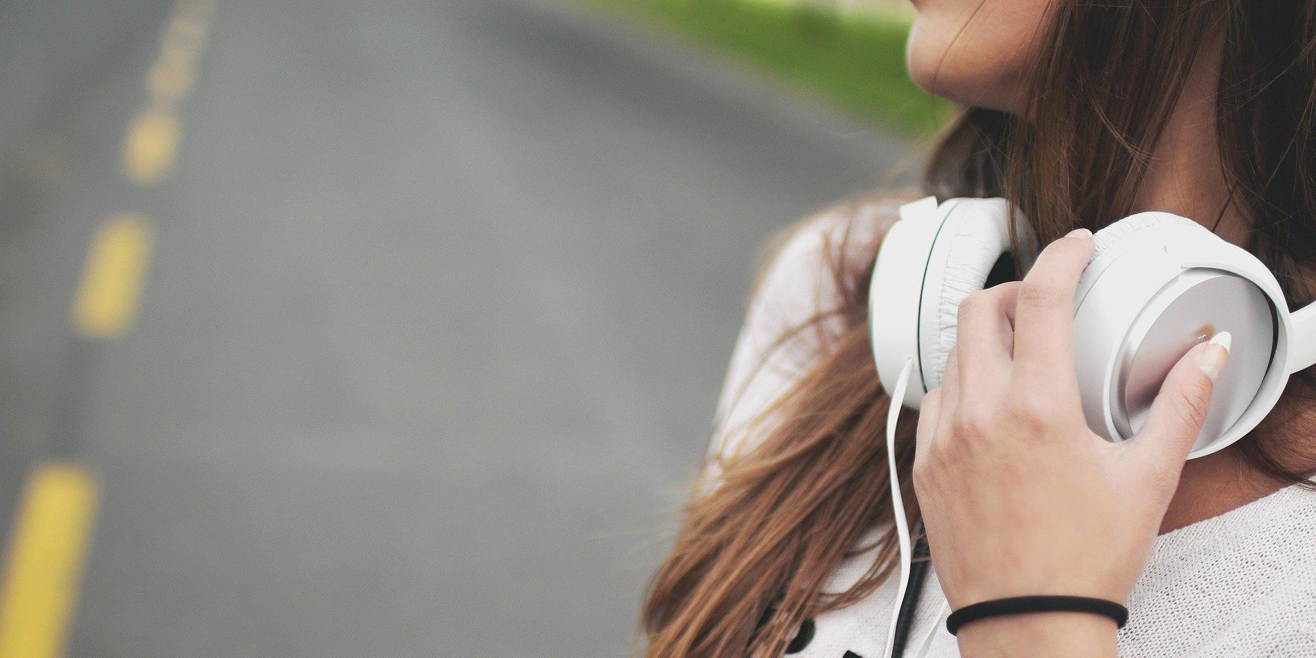 Genrebild med hörlurar