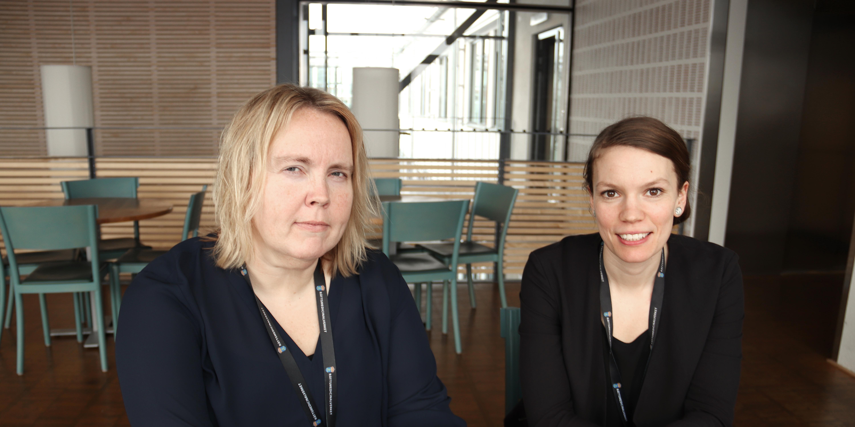 Marie-Louise Hallingström och Fanny Kjellqvist på rättskemiska laboratorieenheten i Linköping.