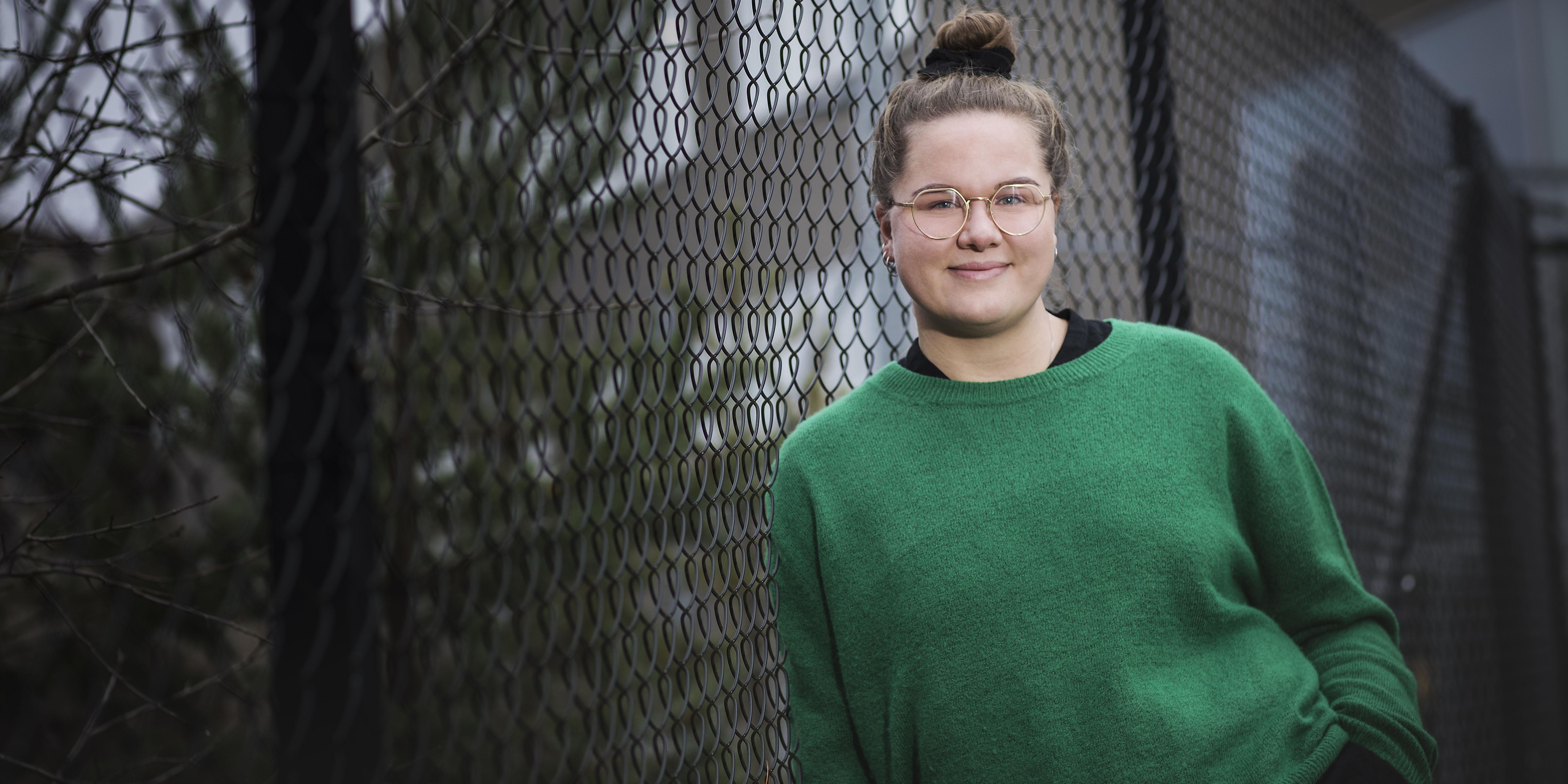 Hanna Boman lutar sig mot stängslet som omgärdar Helix i Stockholm.