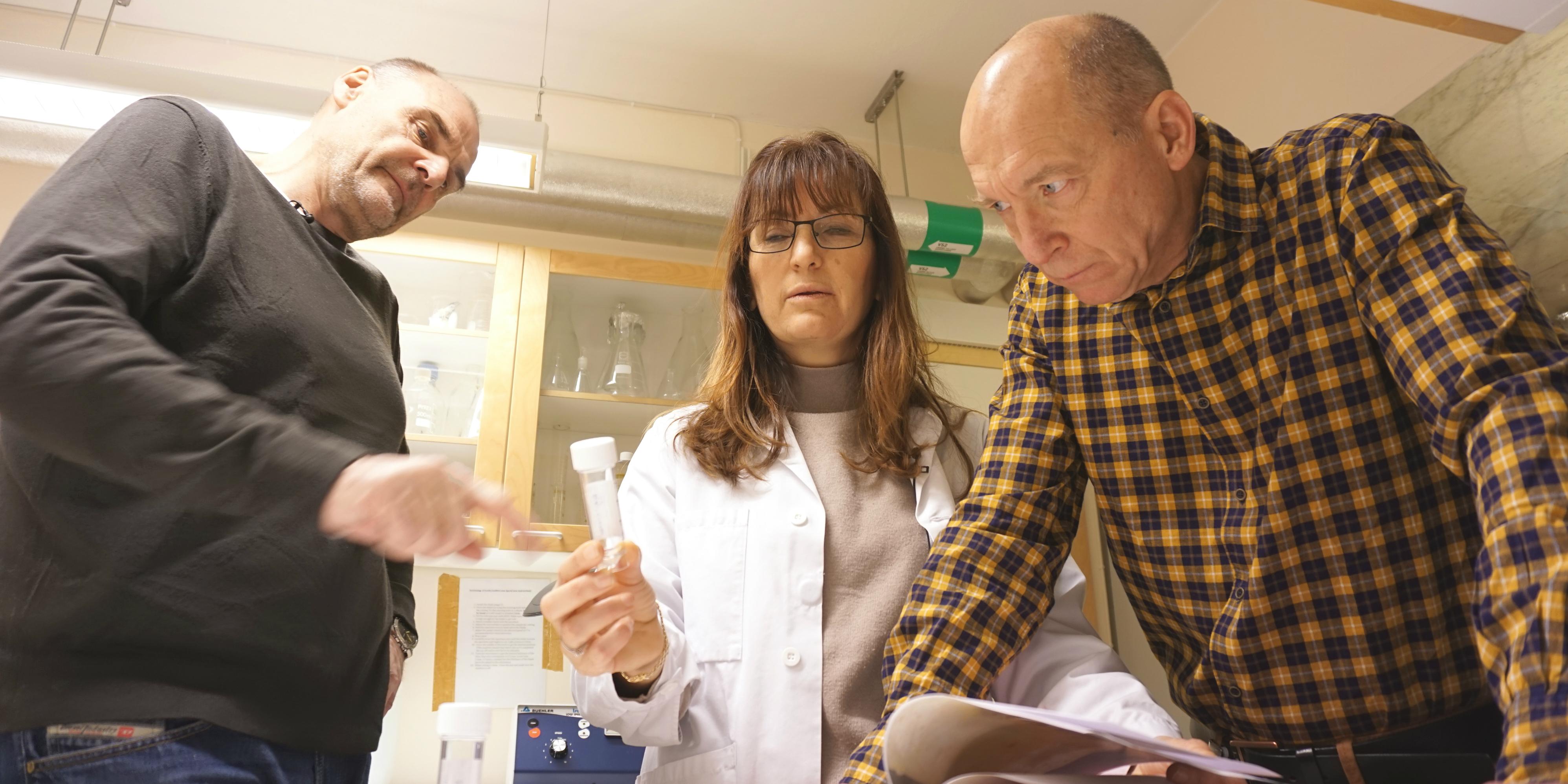 Harald Skjønsfjell vid norska kriminalpolisen Kripos samt Kanar Alkass och Henrik Druid från Rättsmedicinalverket kontrollerar exakt vilken av Isdalskvinnans tänder som ligger i provröret.