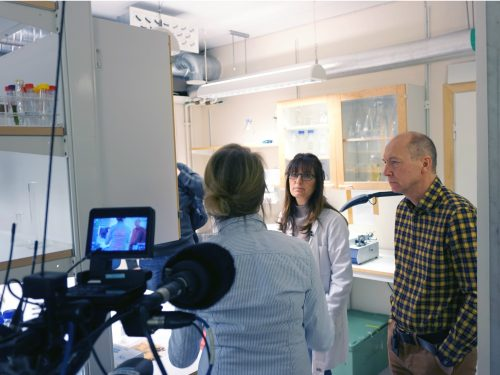 Kanar Alkass och Henrik Fruid intervjuas av norsk tv NRK.