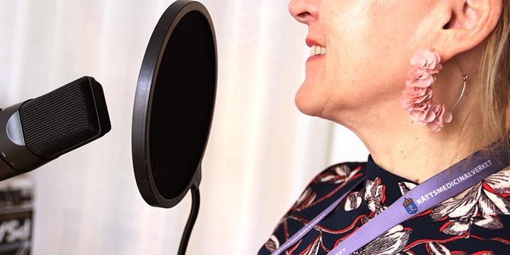 rmv-poddcast-profil av kvinna framför mikrofon