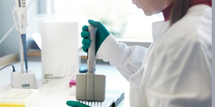 rmv-rättsgenetik-hand som hanterar verktyg för prover i laboratorium