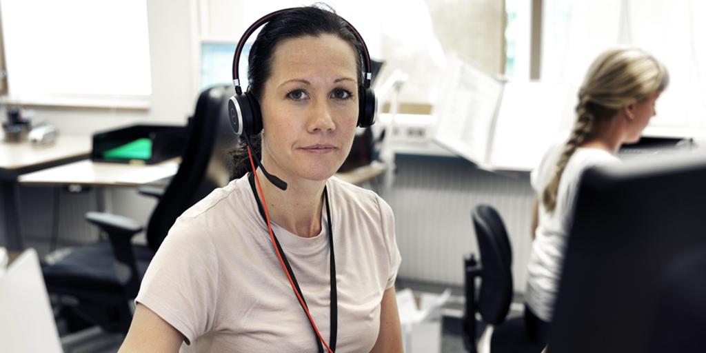 rmv-rättskemi-kvinnlig personal med headset