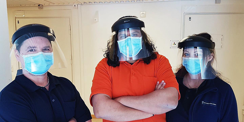 Eric Lisper, Mikael Raidla och Marielle Ragnarsson, omvårdnadspersonal på rättspsykiatri Göteborg i skyddsutrustning under covid-19.