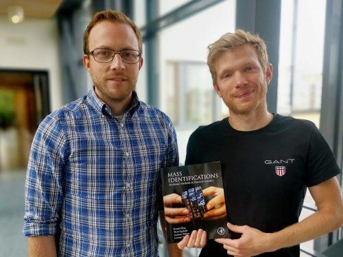 """Andreas Tillmar och Daniel Kling på rättsgenetik har skrivit boken """"Mass identification - Statistical methods in forensic genetics"""""""