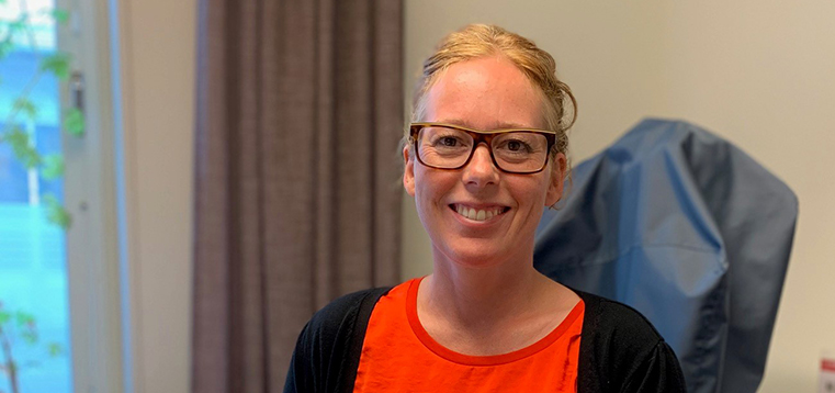 rmv-rättsmedicin-johanna loisel i porträtt på sitt tjänsterum
