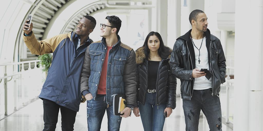 Grupp med ungdomar
